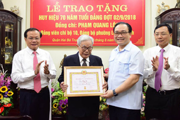 Bí thư Hà Nội trao huy hiệu 70 năm tuổi Đảng cho thân phụ ông Phạm Quang Nghị