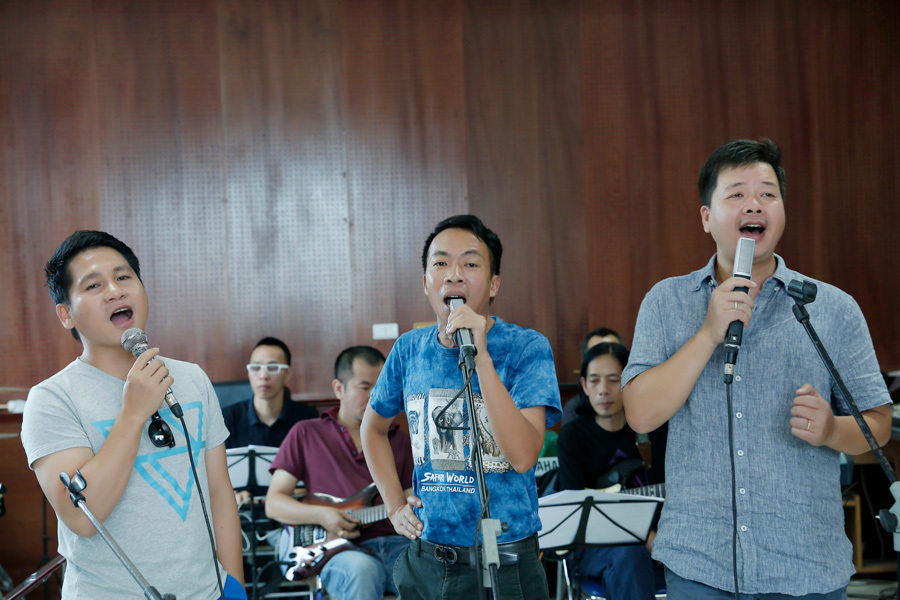 Trọng Tấn, Việt Hoàn, Đăng Dương khoác vai nhau tập hát