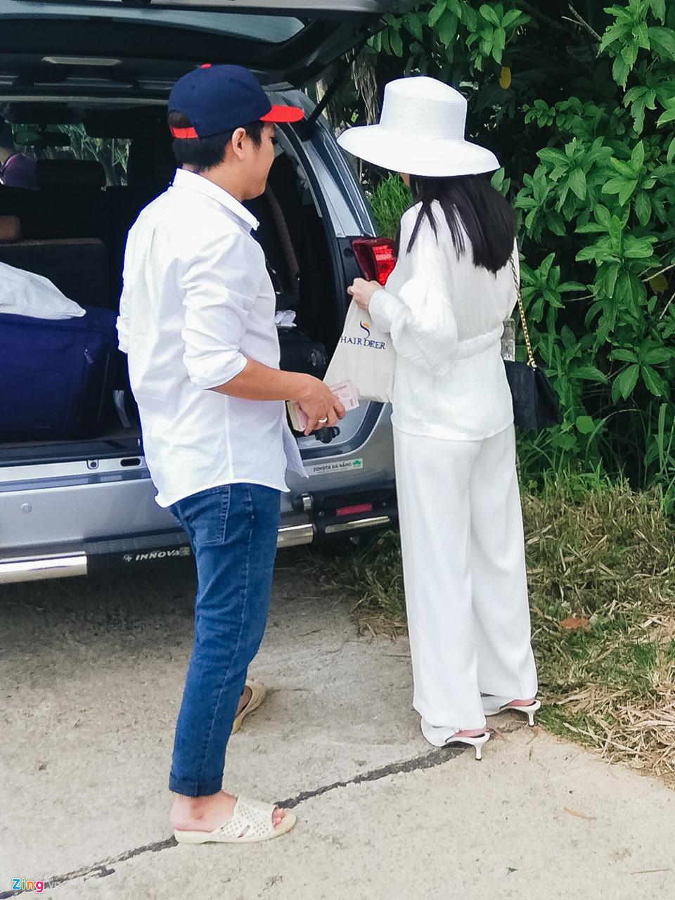 Trường Giang, Nhã Phương về quê thắp hương tổ tiên sau lễ đính hôn