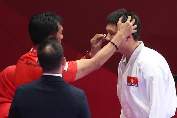 Võ sĩ Việt Nam thi đấu quả cảm, vào chung kết dù bị rách mắt