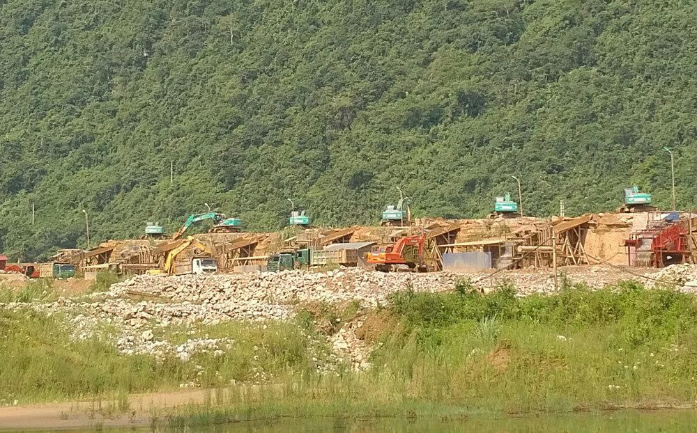 Phá rừng làm đường, xây chùa trong khai trường vàng
