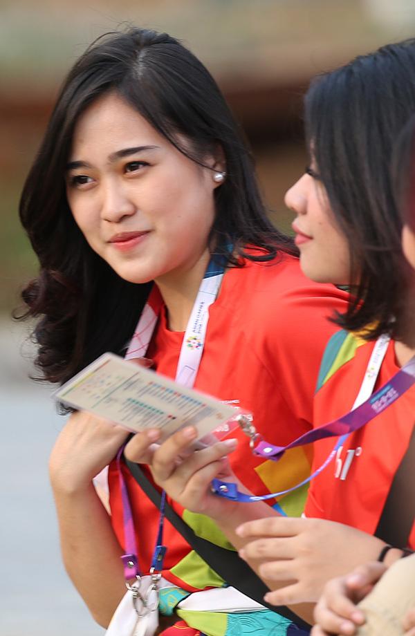 Tình nguyện viên xinh đẹp Indonesia liên tục liếc trộm Công Phượng