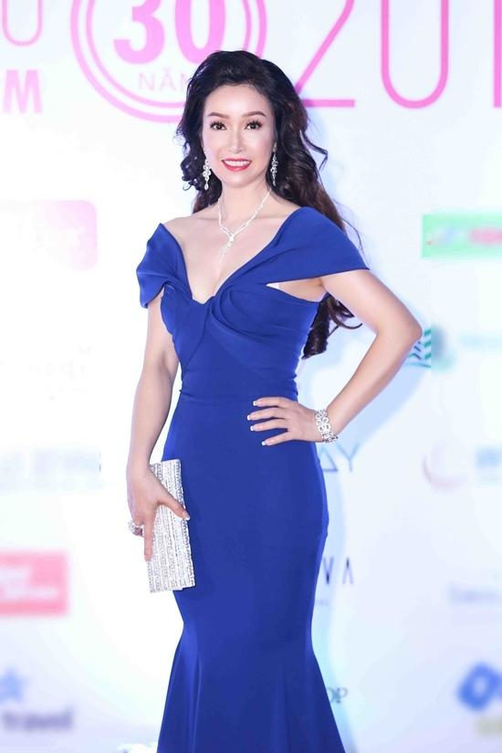 Bích Phương đọ sắc với Mỹ Linh trên thảm đỏ Hoa hậu Việt Nam 2018