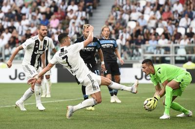 """Ronaldo """"mất tích"""", Juventus vẫn thắng dễ Lazio"""