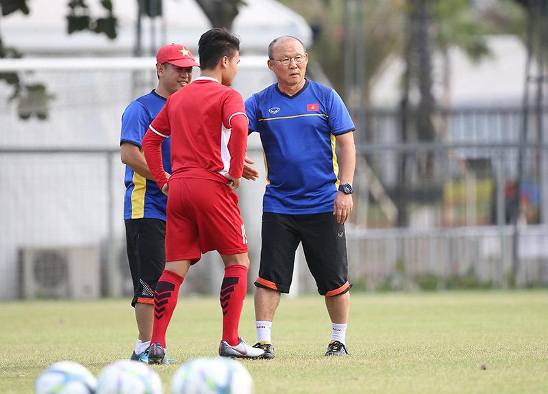 HLV Park Hang Seo trao đổi riêng với Quang Hải. Ảnh S.N