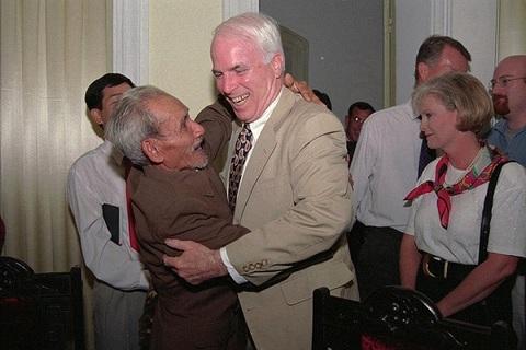 nghị sĩ McCain gặp lại người đàn ông Việt Nam từng cứu ông tại hồ Trúc Bạch