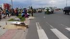 Xe máy bị xe tải tông văng 10m, 2 người chết tại chỗ