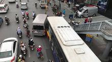 Hà Nội: Xe buýt tông đuôi ô tô 16 chỗ đúng điểm dừng đón khách