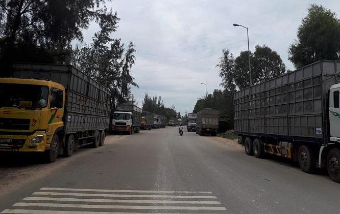 Xe chở gỗ dăm đâm chết người, dân bức xúc chặn quốc lộ
