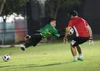 Bùi Tiến Dũng mướt mồ hôi luyện bắt penalty chờ đấu Syria