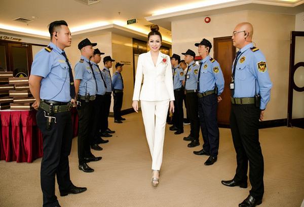 Hoa hậu Bùi Thị Hà 'quyền lực' bên dàn vệ sĩ