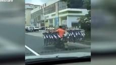 Người đàn ông gánh 16 chiếc xe đạp khi lái xe tay ga gây sốc cộng đồng mạng