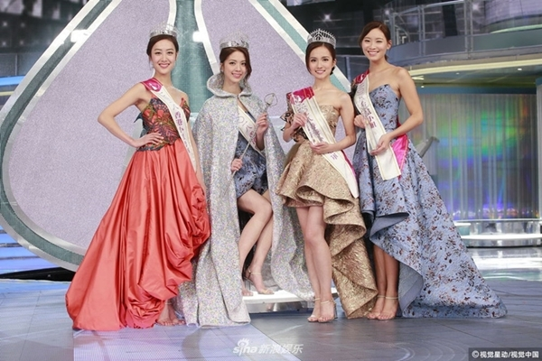 Hoa hậu Hong Kong hớ hênh trong đêm đăng quang