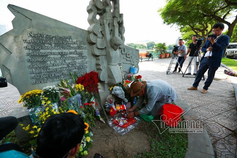 Đại sứ Mỹ tới hồ Trúc Bạch tưởng nhớ John McCain