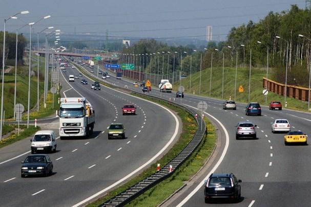 """4 lưu ý """"vàng"""" khi lái xe ô tô nhập làn đường cao tốc an toàn"""