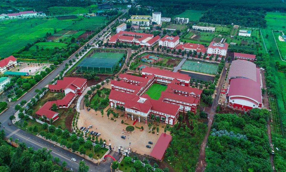 Ô tô đỗ kín trường học Đắk Lắk ngày tựu trường