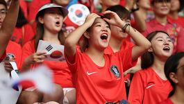 Fan nữ Hàn Quốc cực xinh cổ vũ Son Heung Min