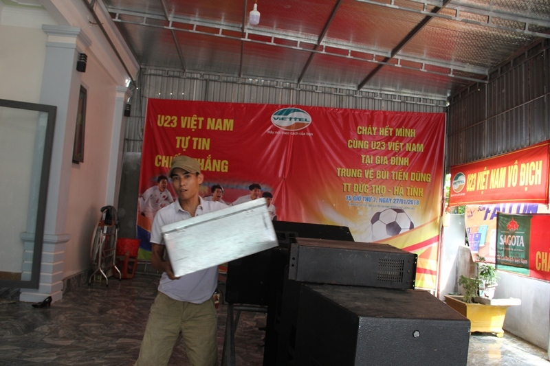 U23 Việt Nam: Bố trung vệ Bùi Tiến Dũng thắp hương khấn tổ tiên phù hộ