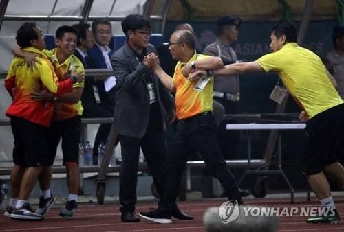 Báo Hàn Quốc đưa ảnh xúc động về U23 Việt Nam, HLV Park Hang Seo