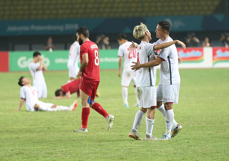 U23 Việt Nam ăn mừng phấn khích, cầu thủ Syria ôm mặt khóc nức nở