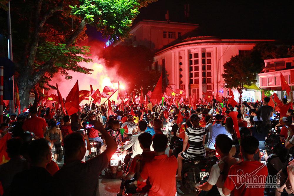 U23 Việt Nam chiến thắng, thiếu nữ ra đường đêm không ngủ