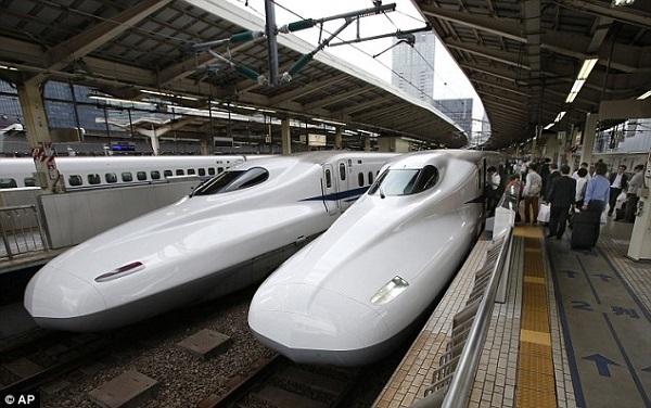 Lý do nhân viên xe lửa Nhật ngồi bên đường ray xem tàu chạy