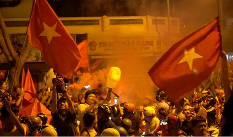 Muôn kiểu reo hò đổ ra đường ăn mừng tuyển Olympic Việt Nam