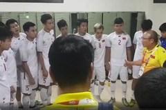 Cảm động clip HLV Park ôm từng cầu thủ cảm ơn, hỏi han từng học trò bị chấn thương sau trận đại thắng Thái Lan