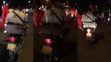 'Cười xỉu' với thanh niên lầy đèo chị Google đi bão mừng chiến thắng của Việt Nam