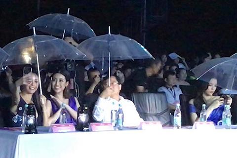 Hà Kiều Anh, Đỗ Mỹ Linh selfie trong mưa