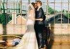 Cô dâu chú rể hôn nhau, phù dâu ngất lịm dưới chân