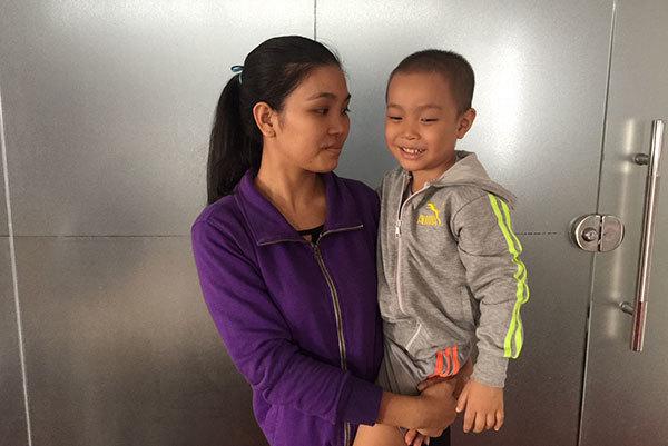 Cha mẹ gian nan đi tìm ánh sáng cho con ung thư