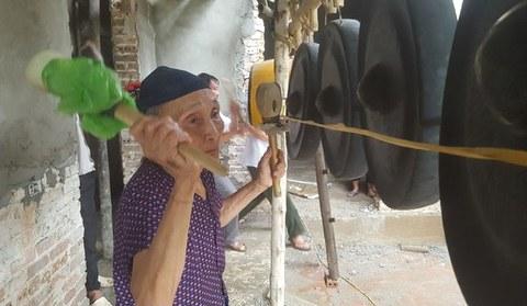 Bà nội Tiến Dũng đánh chiêng cầu may