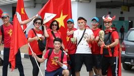 Bóng hồng Việt mang bánh chưng, giò chả làm quà tặng U23 Việt Nam