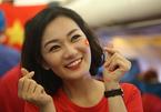 Tiếp viên hotgirl tạo dáng selfie trên chuyến bay cổ vũ U23