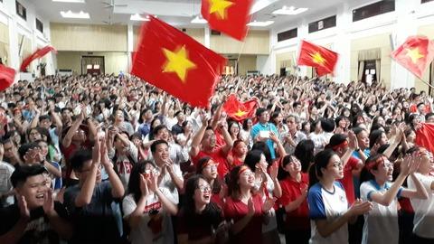 Sinh viên Kinh tế quốc dân cổ vũ U23