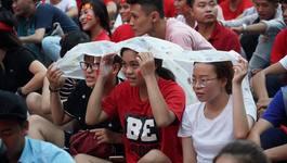 Người Sài Gòn đội mưa cổ vũ cho U23 Việt Nam