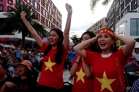Dàn người đẹp Việt Nam cổ vũ U23 Việt Nam thi đấu với Hàn Quốc