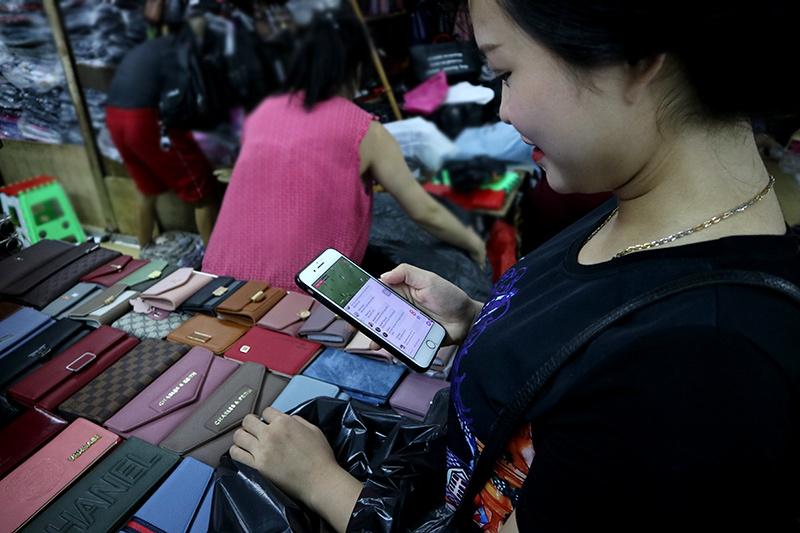Tiểu thương hết mình cổ vũ U23 Việt Nam qua smartphone