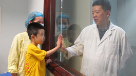 Bà nội 60 tuổi ở Thanh Hoá hiến gan giúp cháu trai 4 tuổi hồi sinh
