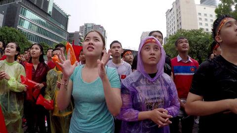 Cổ động viên đội mưa cỗ vũ Olympic Việt Nam