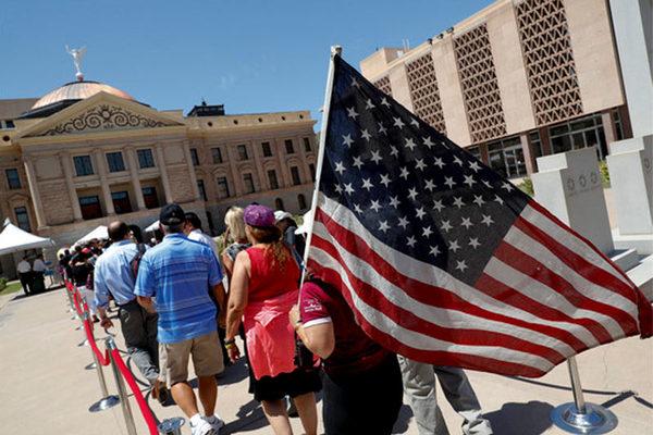 Hàng nghìn người đội nắng tiễn biệt ông John McCain