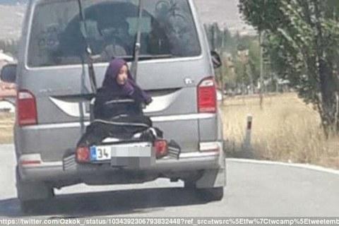 Bố bị bắt vì buộc con gái sau ôtô