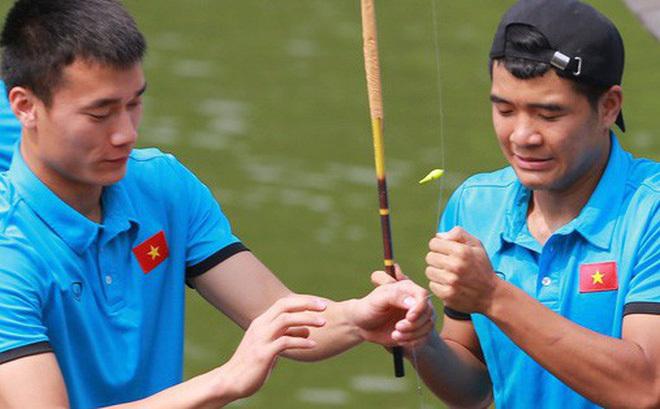 Giải sầu sau trận thua Hàn Quốc, cầu thủ U23 Việt Nam đi... câu cá