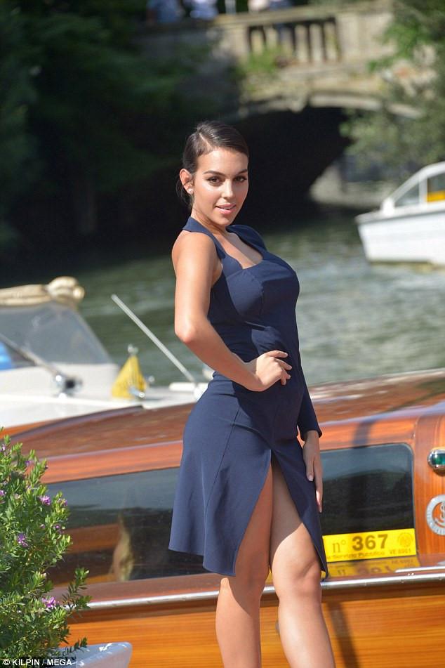 Người mẫu nội y vừa đính hôn thủ môn Đức mặc đồ sexy gây sốt tại Venice