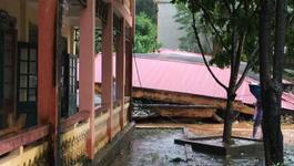 Trăm khối đất tràn xuống, trường tiểu học sập trơ mái