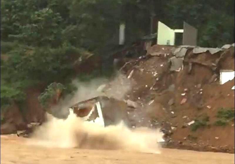 Cảnh nhà 2 tầng bị xé toạc, đổ sập xuống sông