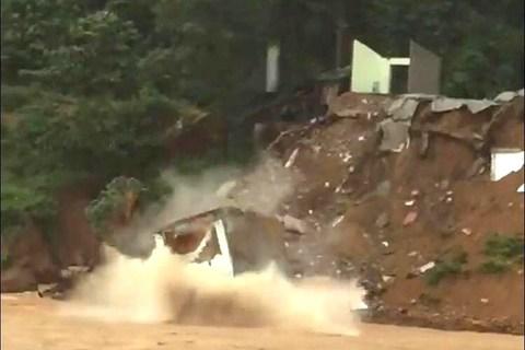 Nhà hai tầng đổ xuống sông