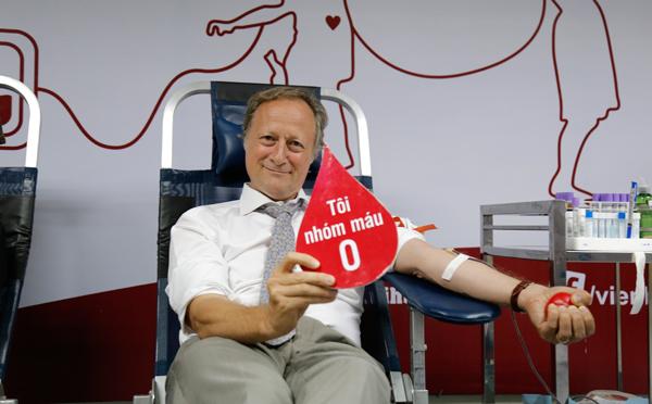 Việt Nam thiếu máu O, Trưởng đại diện EU một mình đi hiến máu