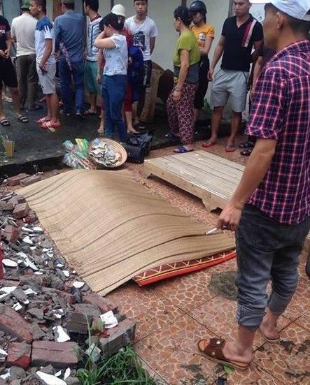 Hà Nội: Xe chết máy trên đường ray, thiếu nữ bị tàu tông tử vong